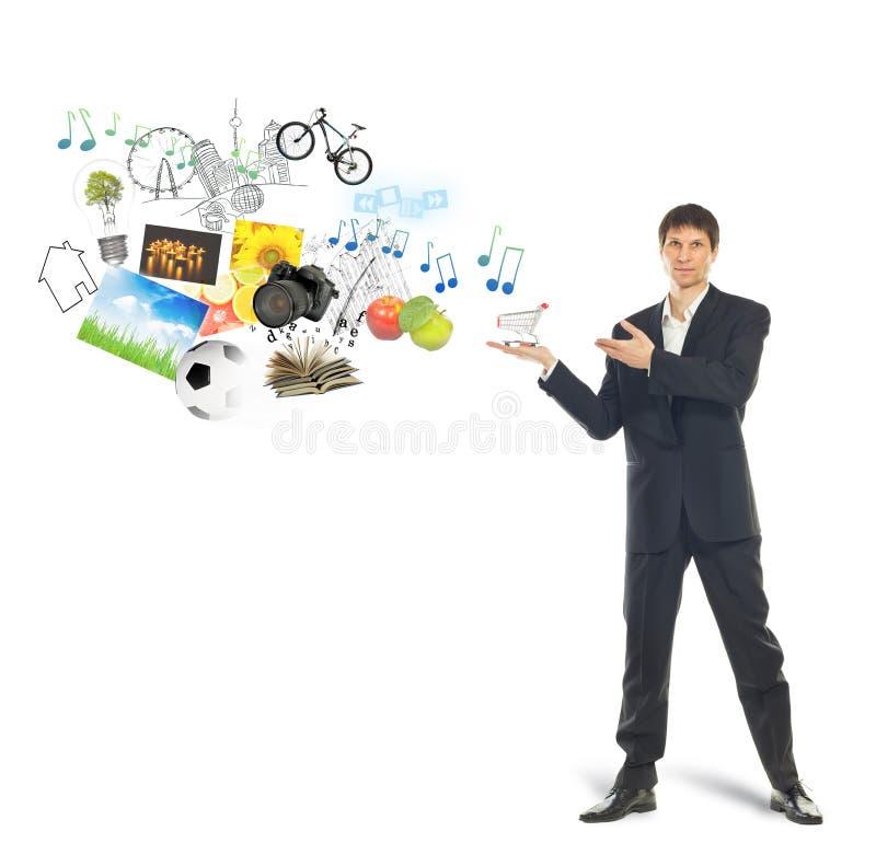 Carro de compras en la palma del hombre de negocios y de mercancías foto de archivo