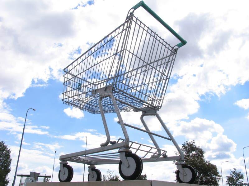 Carro de compras gigante imagen de archivo libre de regalías