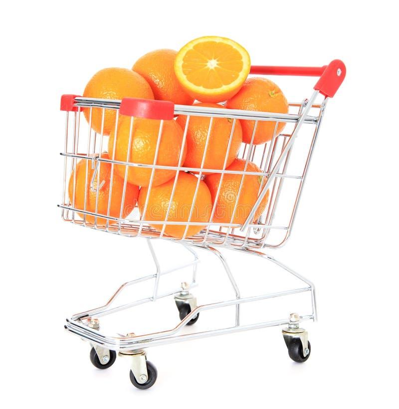 Carro de compras por completo de naranjas maduras imagen de archivo