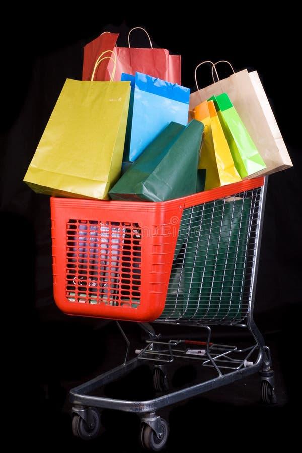 Carro de compras por completo de regalos fotos de archivo libres de regalías