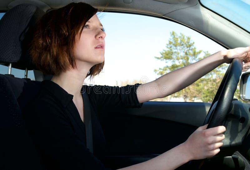 Carro de condução fêmea novo atrativo fotografia de stock royalty free