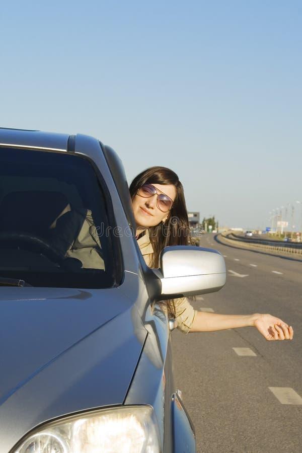Carro de condução triguenho novo feliz fotografia de stock