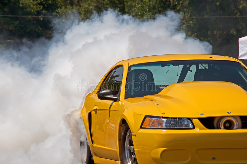 Carro de corridas amarelo   imagem de stock royalty free