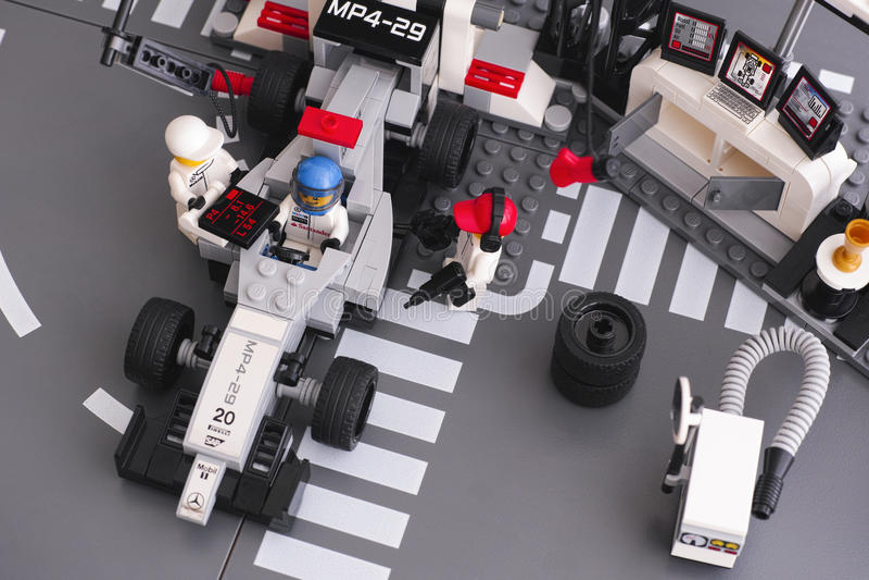 Carro de corridas de Lego MP4-29 em McLaren Mercedes Pit Stop fotos de stock