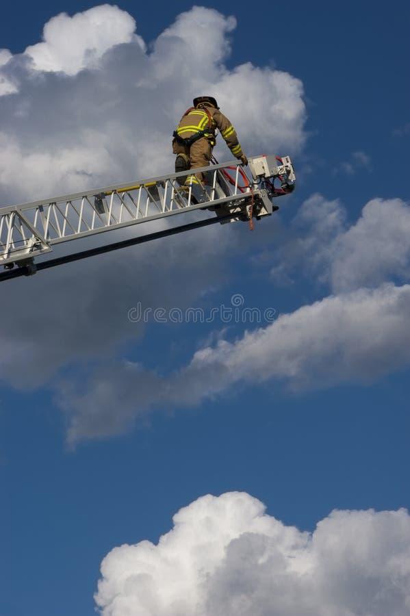 Carro de escala del bombero que sube para apagar el fuego imagen de archivo libre de regalías