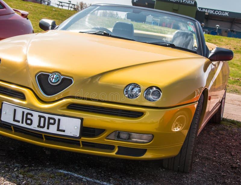 Carro de esportes amarelo de Alfa Romeo fotos de stock royalty free