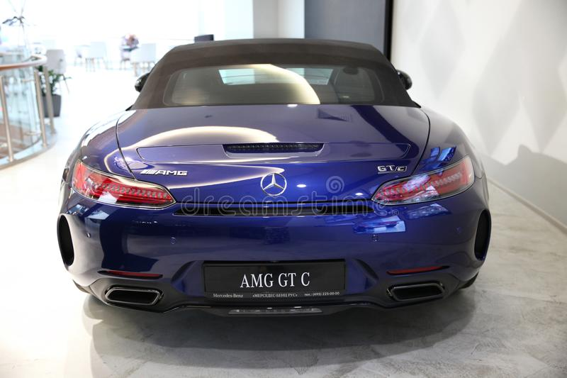 Carro de esportes azul novo Mercedes-AMG GT moscow Shopping VEG imagens de stock