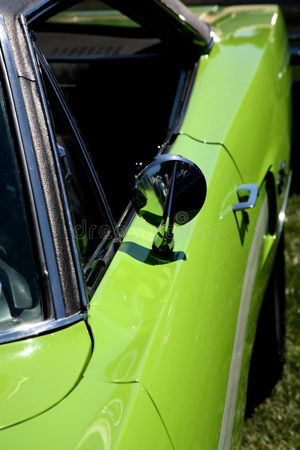 Carro de esportes do verde de cal imagens de stock