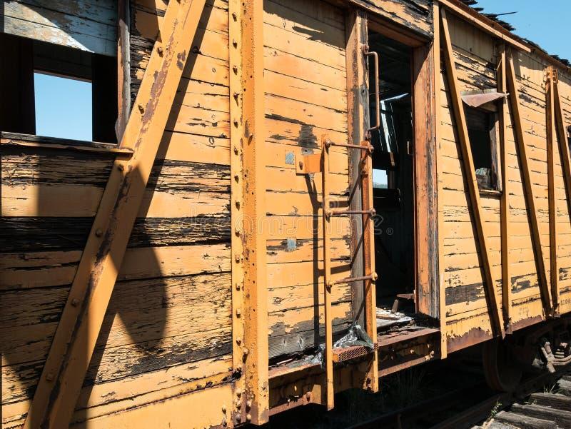 Carro de estrada de ferro dilapidado imagem de stock