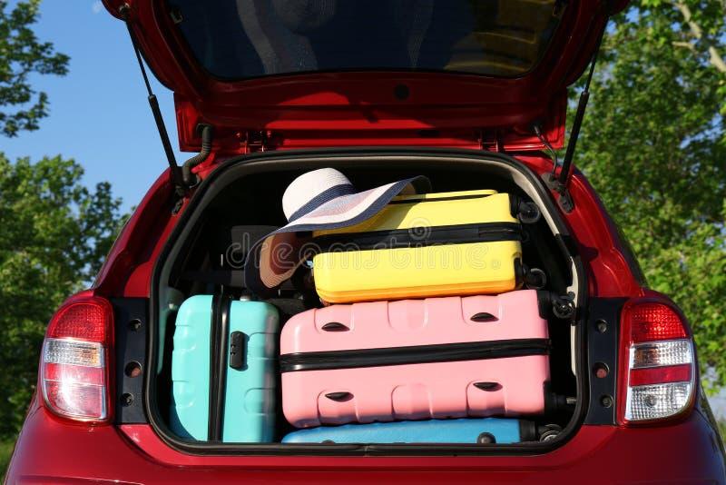 Carro de família com tronco aberto completamente da bagagem fora imagem de stock royalty free