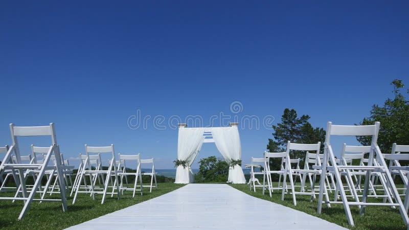 Carro de filas de sillas en una ceremonia de boda del pasillo imagenes de archivo