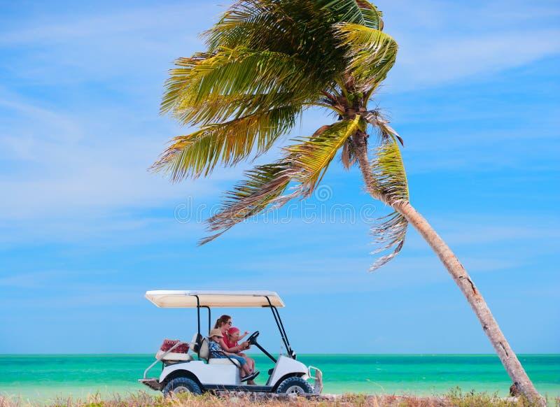 Carro de golf en la playa tropical fotos de archivo libres de regalías