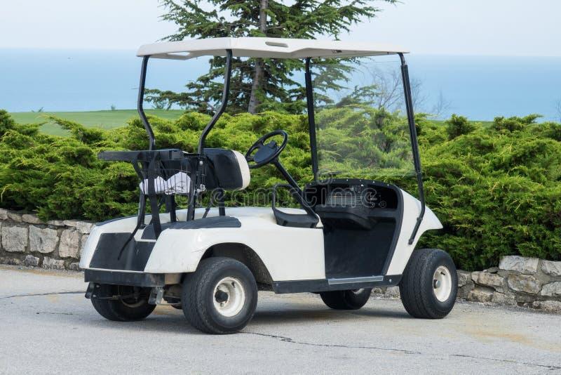 Carro de golf parqueado en el estacionamiento imágenes de archivo libres de regalías