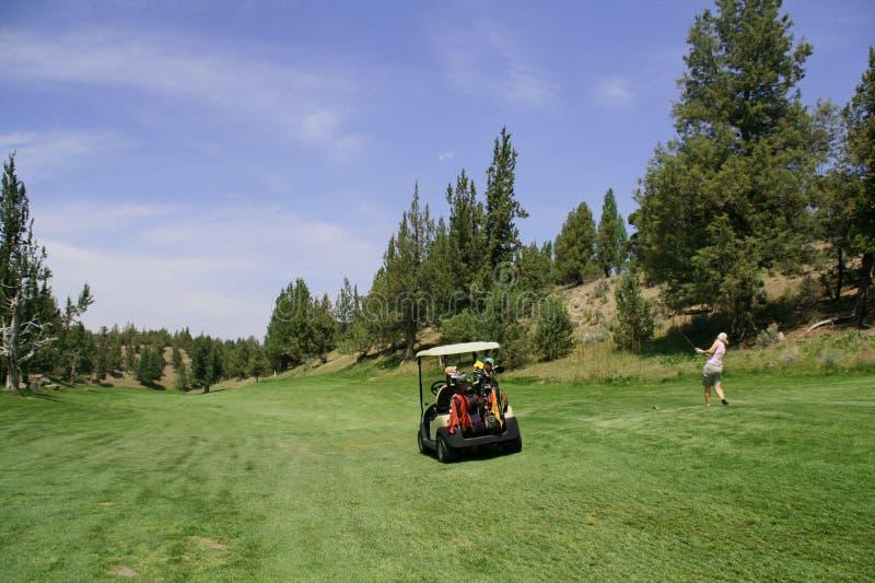 Carro de golfe e jogador de golfe da senhora fotos de stock
