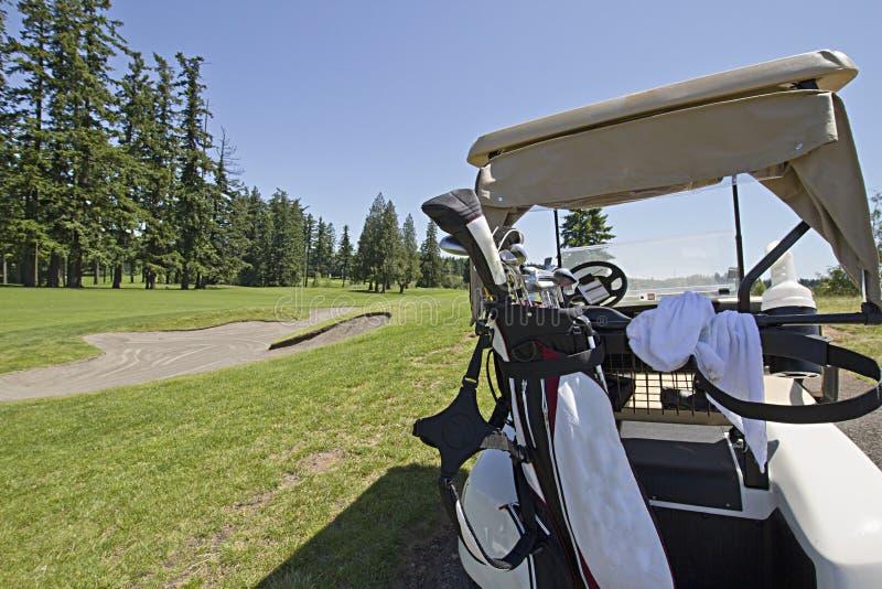 Carro de golfe no verde foto de stock