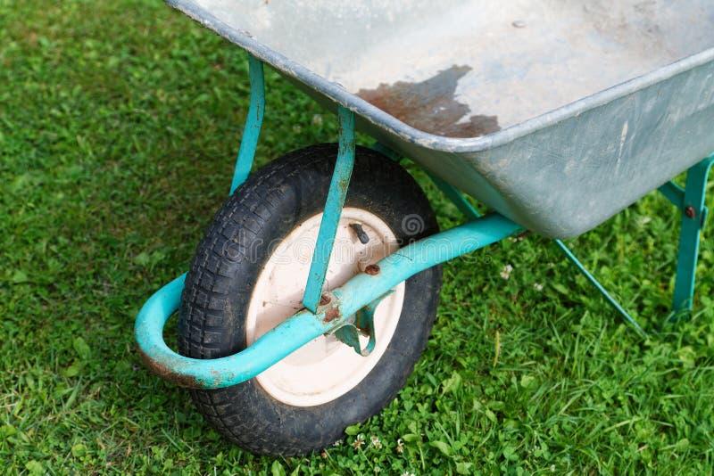 Carro de jardim na grama no verão imagem de stock