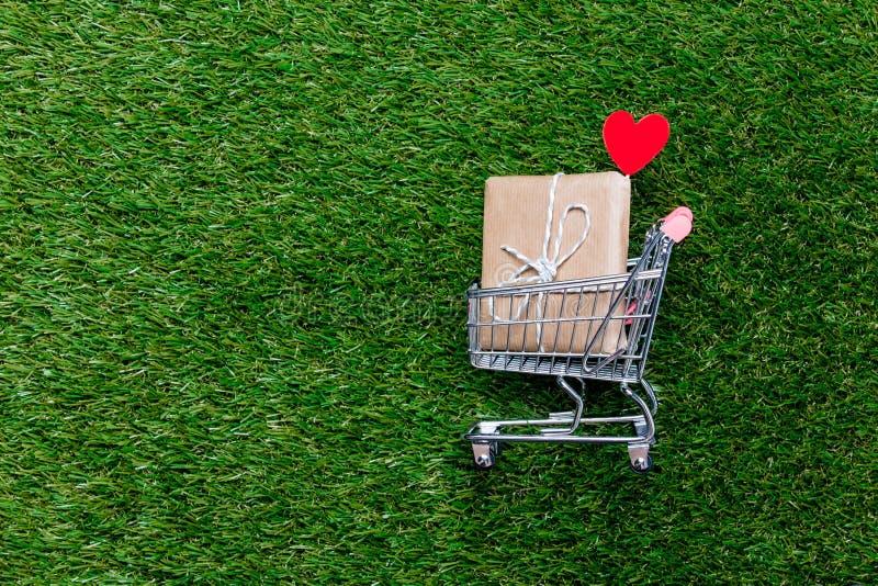 Carro de la carretilla de las compras del supermercado del autoservicio con la caja de regalo fotografía de archivo libre de regalías