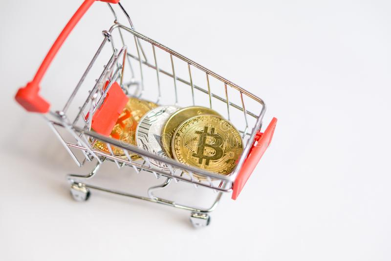 Carro de la carretilla de las compras con el bitcoin de las monedas, mercanc?as de la compra para la moneda crypto imagenes de archivo