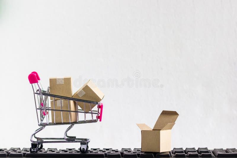 Carro de la compra con el cartón de papel listo para hacer compras en el backgroun blanco fotografía de archivo libre de regalías