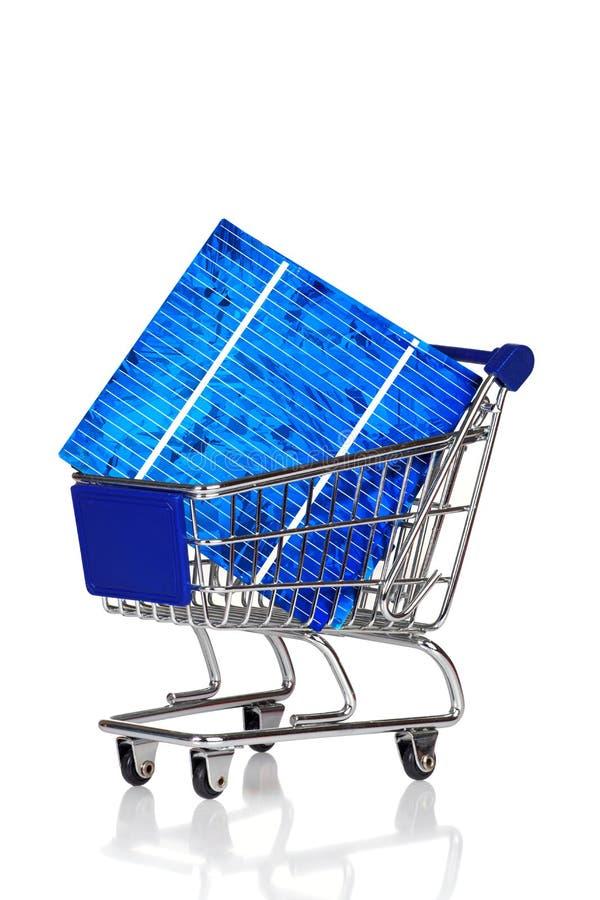 Carro de la compra con la célula solar imagen de archivo libre de regalías