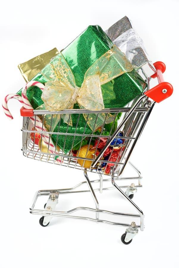 Carro de la compra con los regalos de la Navidad imagen de archivo