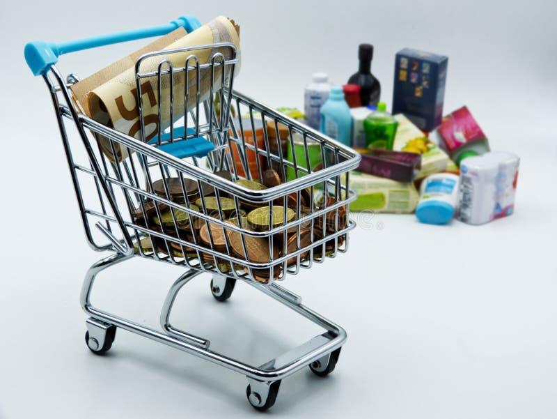 Carro de la compra del supermercado Concepto del coste que hace compras en el fondo blanco foto de archivo