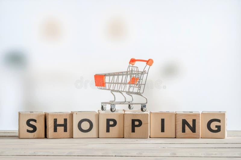Carro de la compra en una muestra de madera imagen de archivo