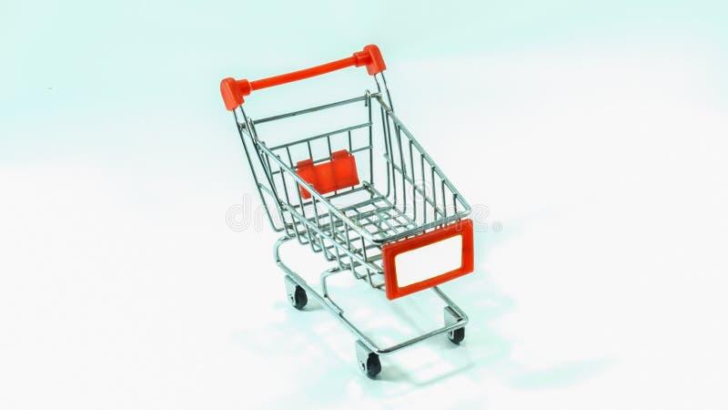 Carro de la compra vacío con el espacio en blanco en el fondo blanco fotografía de archivo