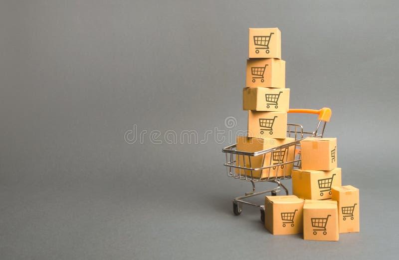 Carro de la compra y cajas con el dibujo de carros más pequeños Venta de las mercanc?as comercio, compras en línea Poder adquisit fotografía de archivo