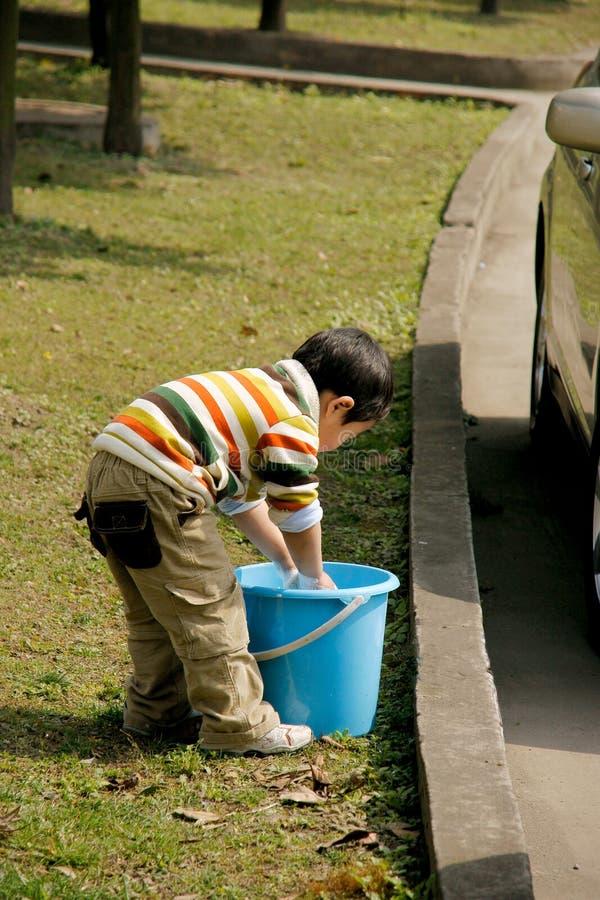 carro de lavagem do menino foto de stock