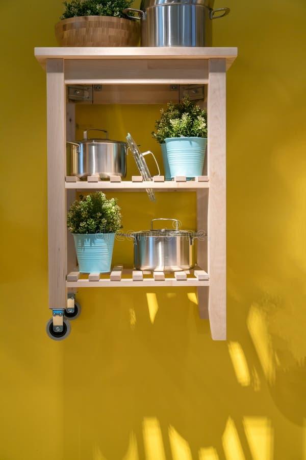 Carro de madeira da cozinha da ilha para os agains home do projeto e da decoração foto de stock royalty free