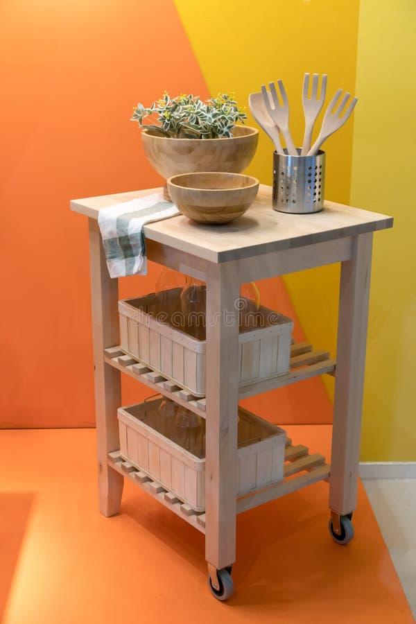 Carro de madeira da cozinha da ilha para os agains home do projeto e da decoração imagem de stock royalty free