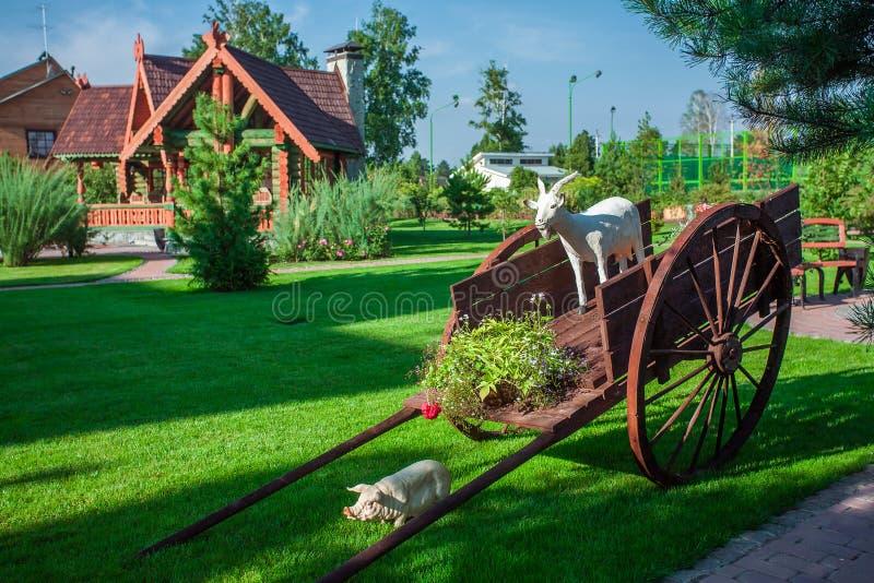 Carro de madeira decorativo do jardim fotos de stock