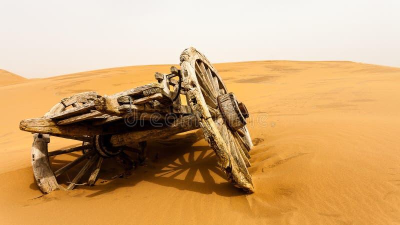 Carro de madeira do abandono no deserto foto de stock royalty free