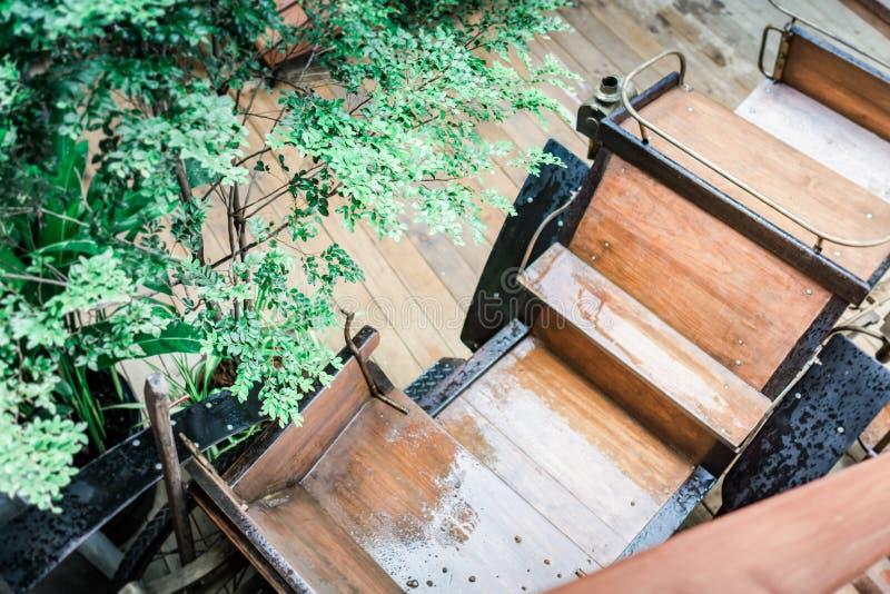 Carro de madeira retro do brinquedo sobre a tabela de madeira Sala para o texto nostalgia e conceito da simplicidade Imagem retro foto de stock royalty free
