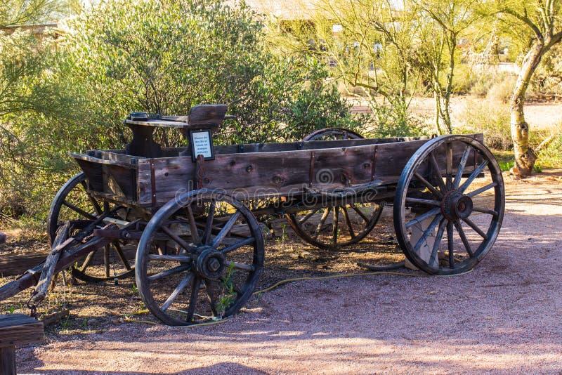 Carro de madera antiguo en el desierto de Arizona imagen de archivo
