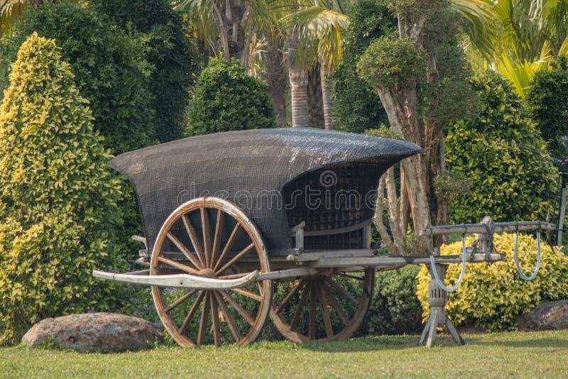 Carro de madera antiguo en un parque foto de archivo