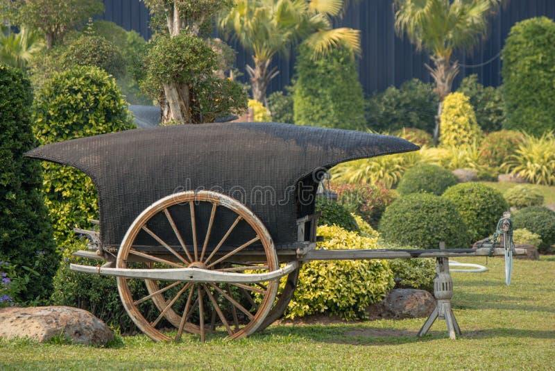 Carro de madera antiguo en un parque fotos de archivo libres de regalías