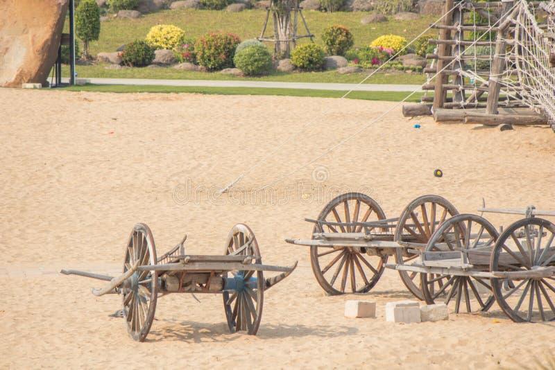 Carro de madera antiguo en un parque imagenes de archivo