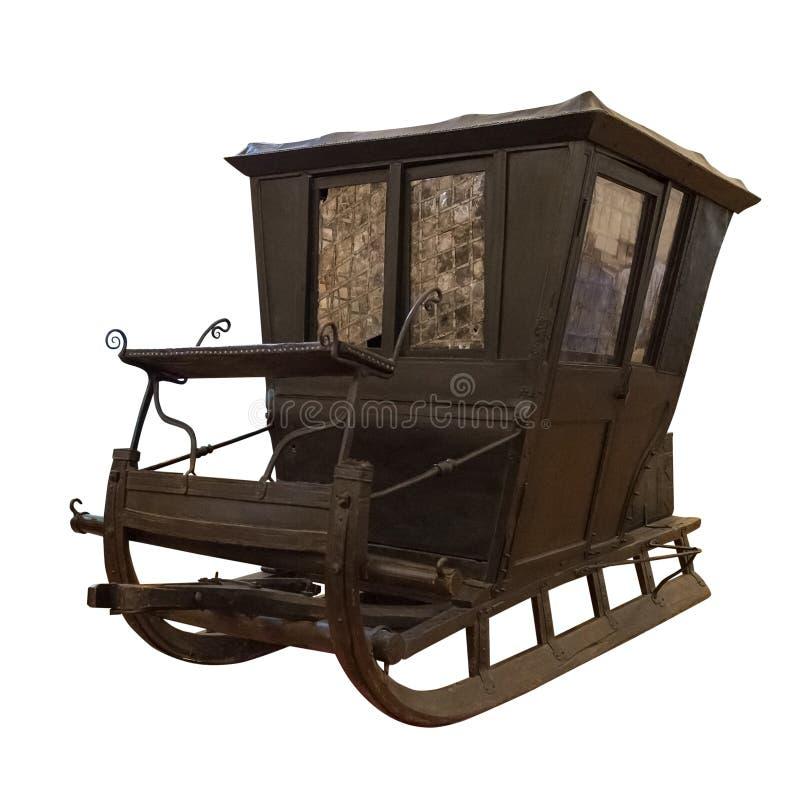 Carro de madera antiguo en un trineo aislado en el fondo blanco imagenes de archivo