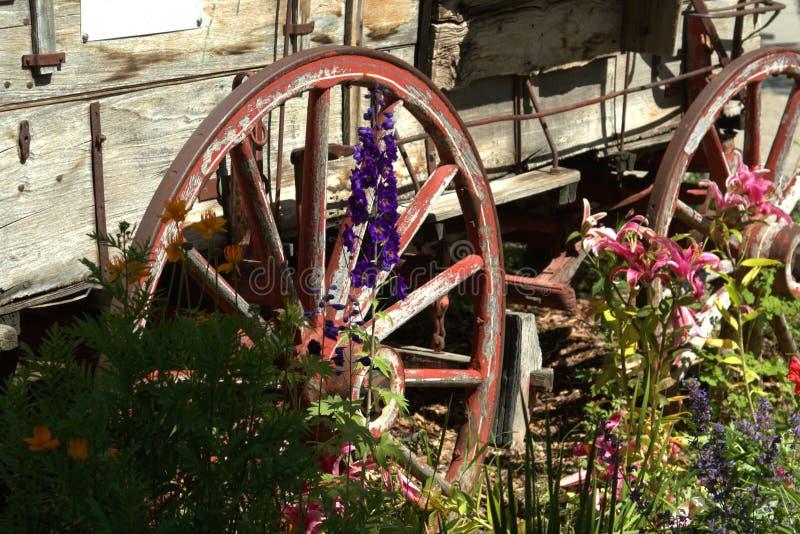 Carro de madera viejo de la entrega foto de archivo