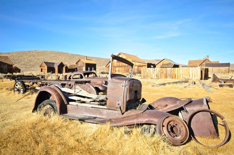 Carro de metal arruinado velho na cidade fantasma fotografia de stock royalty free