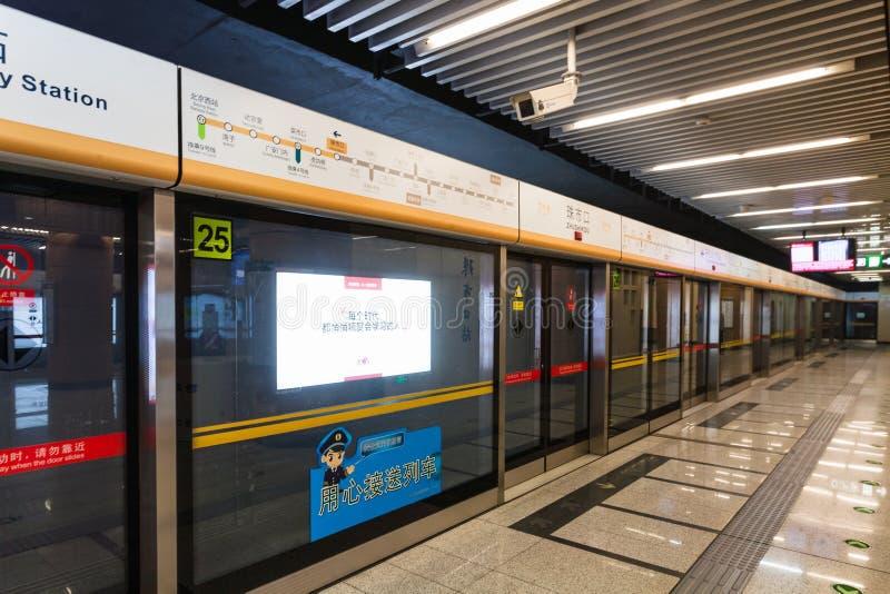Carro de metro na estação de Zhushikou do metro do Pequim imagem de stock