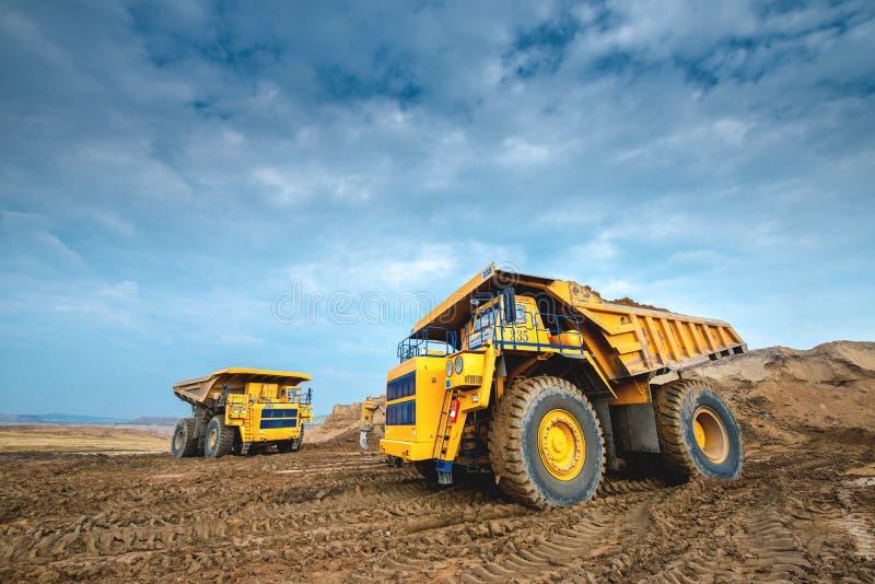 Carro de mina amarillo grande foto de archivo libre de regalías