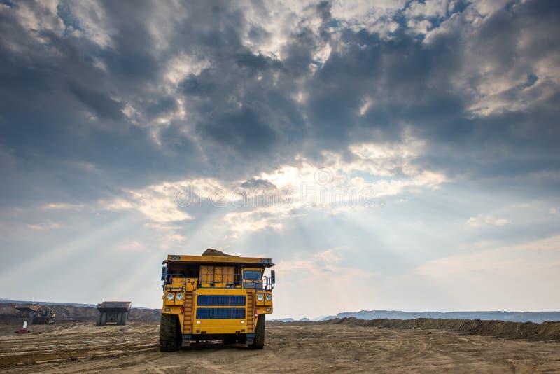 Carro de mina amarillo grande fotografía de archivo libre de regalías