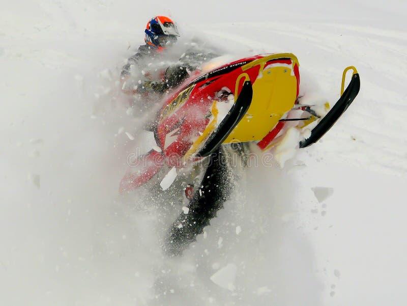 Carro de neve de salto do homem fotos de stock