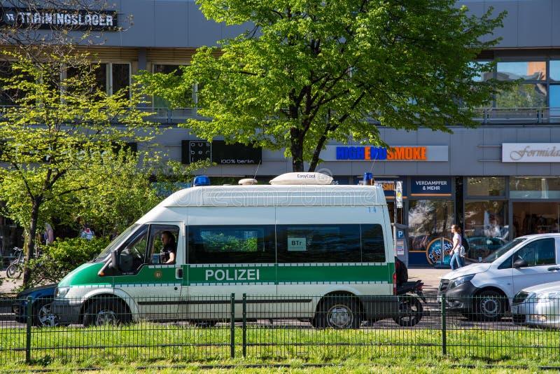 Carro de pol?cia alem?o em ruas da cidade de Berlim imagens de stock royalty free