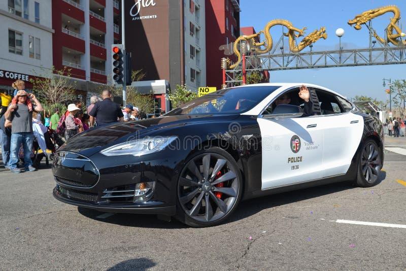 Carro de polícia bonde Tesla durante 117th Dragon Parade dourado fotografia de stock
