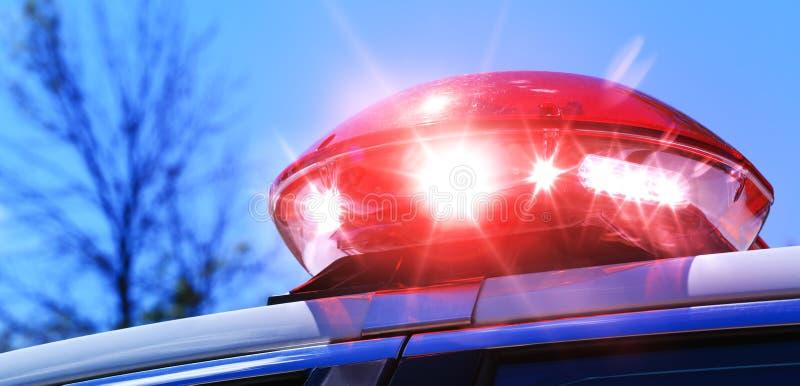 Carro de polícia com foco na luz vermelha da sirene Sirene vermelha colorida sobre imagens de stock