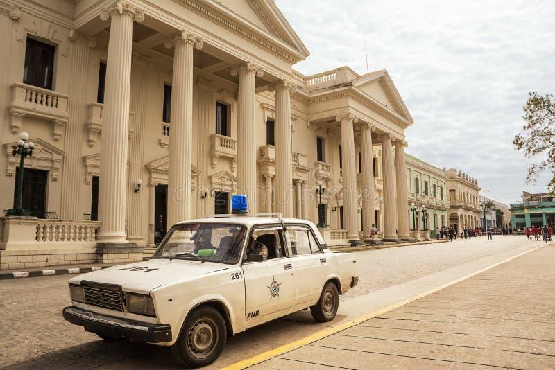 Carro de polícia cubano no quadrado em Santa Clara sobre um domingo em dezembro fotos de stock royalty free